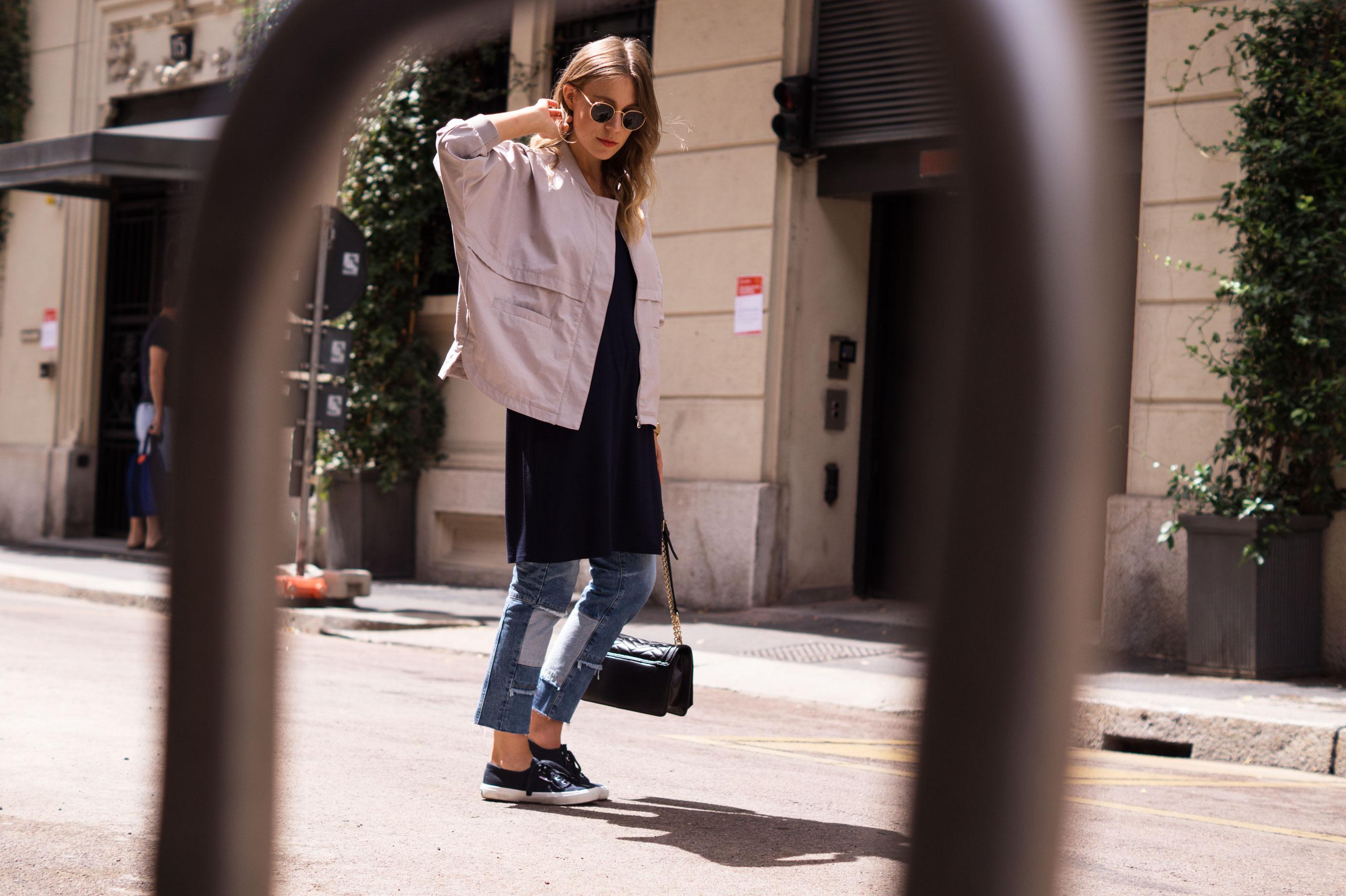 Patched Boyfriend Jeans Denim Bomberjacke Superga navy blau blue in blue Streetstyl Milan Mailand Sariety Fashionblogger Modeblog-9