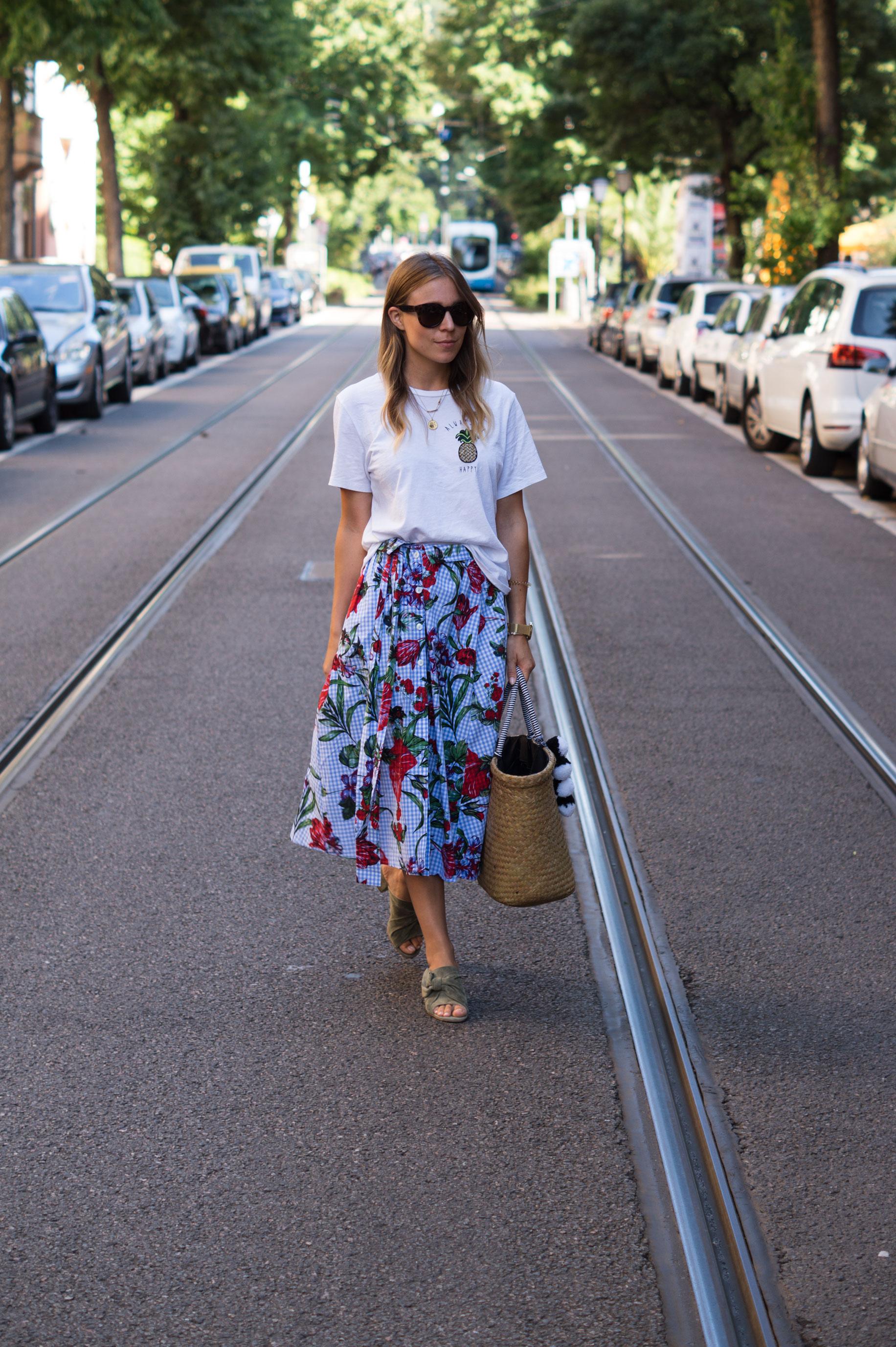 Zara Midi Skirt Ginham Floral Print Blumenmuster karierter Rock Print Shirt Manfield Mules Sariety Summer Shopping Look_15