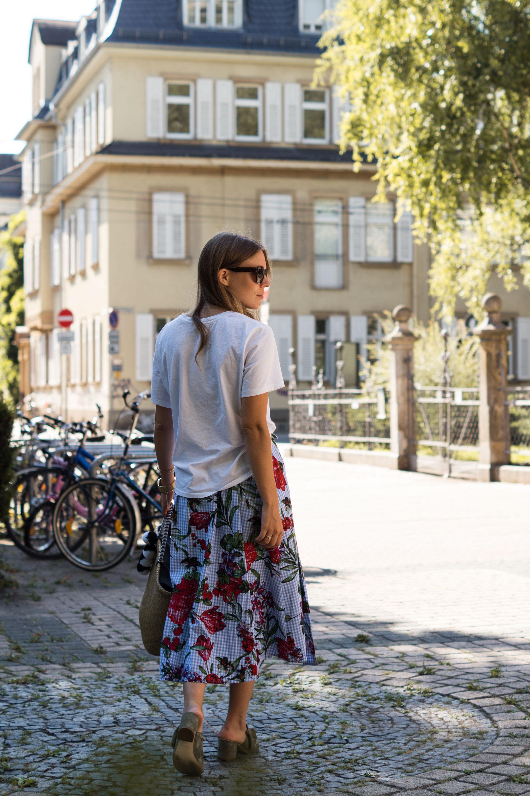 Zara Midi Skirt Ginham Floral Print Blumenmuster karierter Rock Print Shirt Manfield Mules Sariety Summer Shopping Look_6
