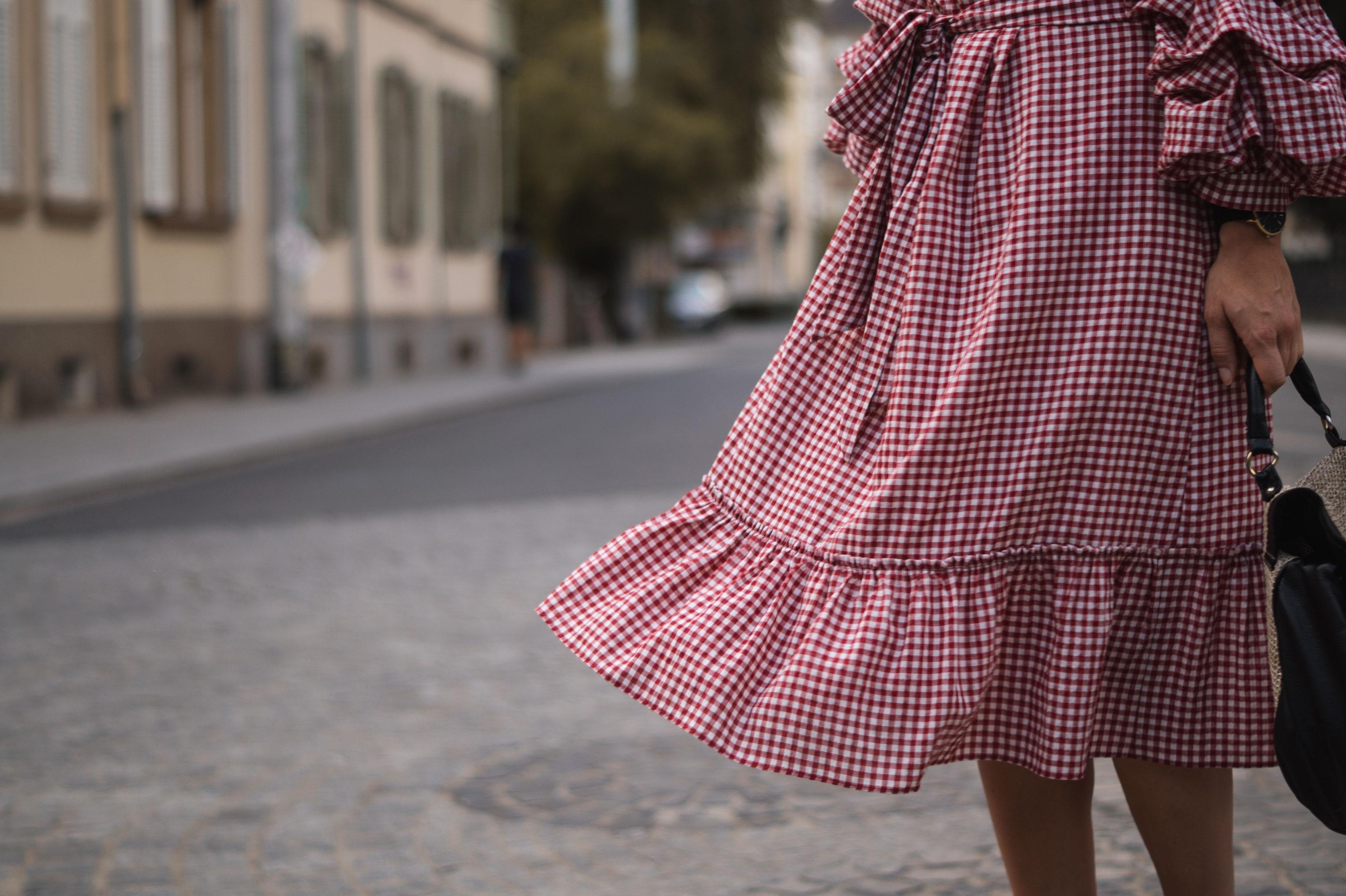 rotes Karokleid Zara off shoulder gingham Streetstyle Heidelberg Sariety Modeblog Fashionblogger-10