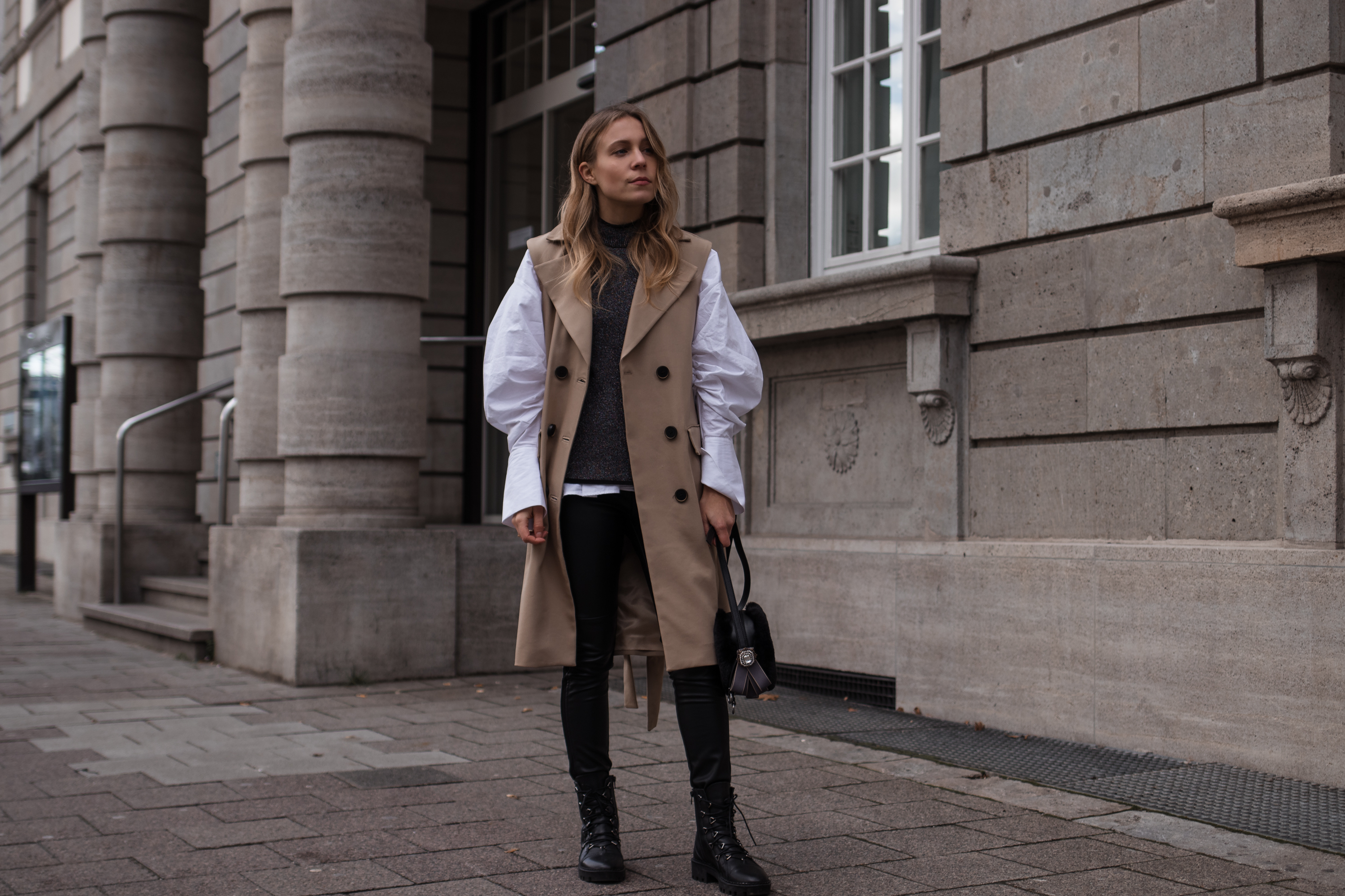 Puffy Sleeved Blouse Trench Vest Casual Chic Christmas Look Leather Pants Boots Puffärmel Modeblog Heidelberg Sariety Fashionblogger_8
