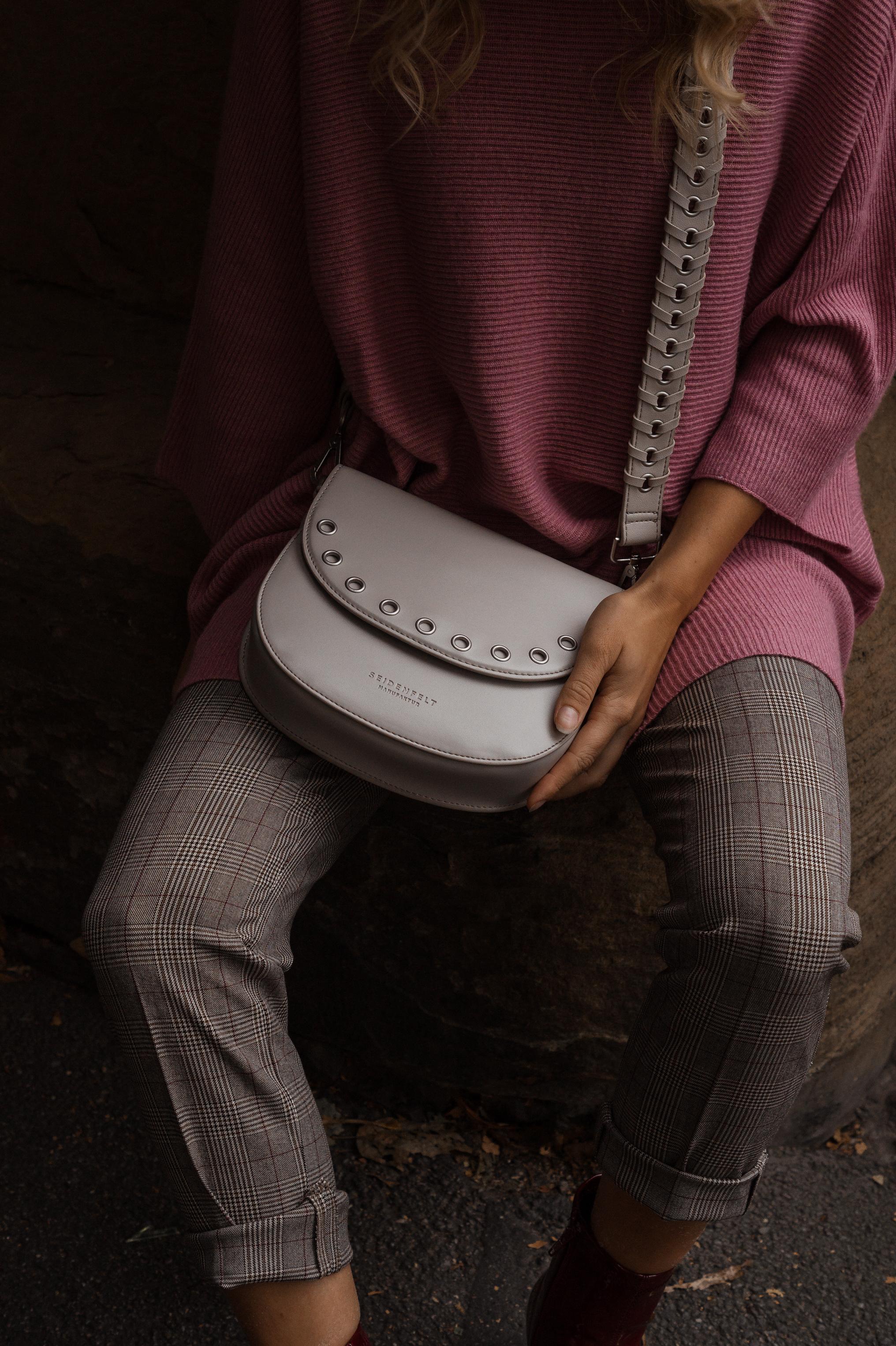 Instagram-Frust Seidenfelt Tasche Modeblogger Heidelberg Sariety Fashionblog Sarah Schäfer karierte Hose rote Lackschuhe_13