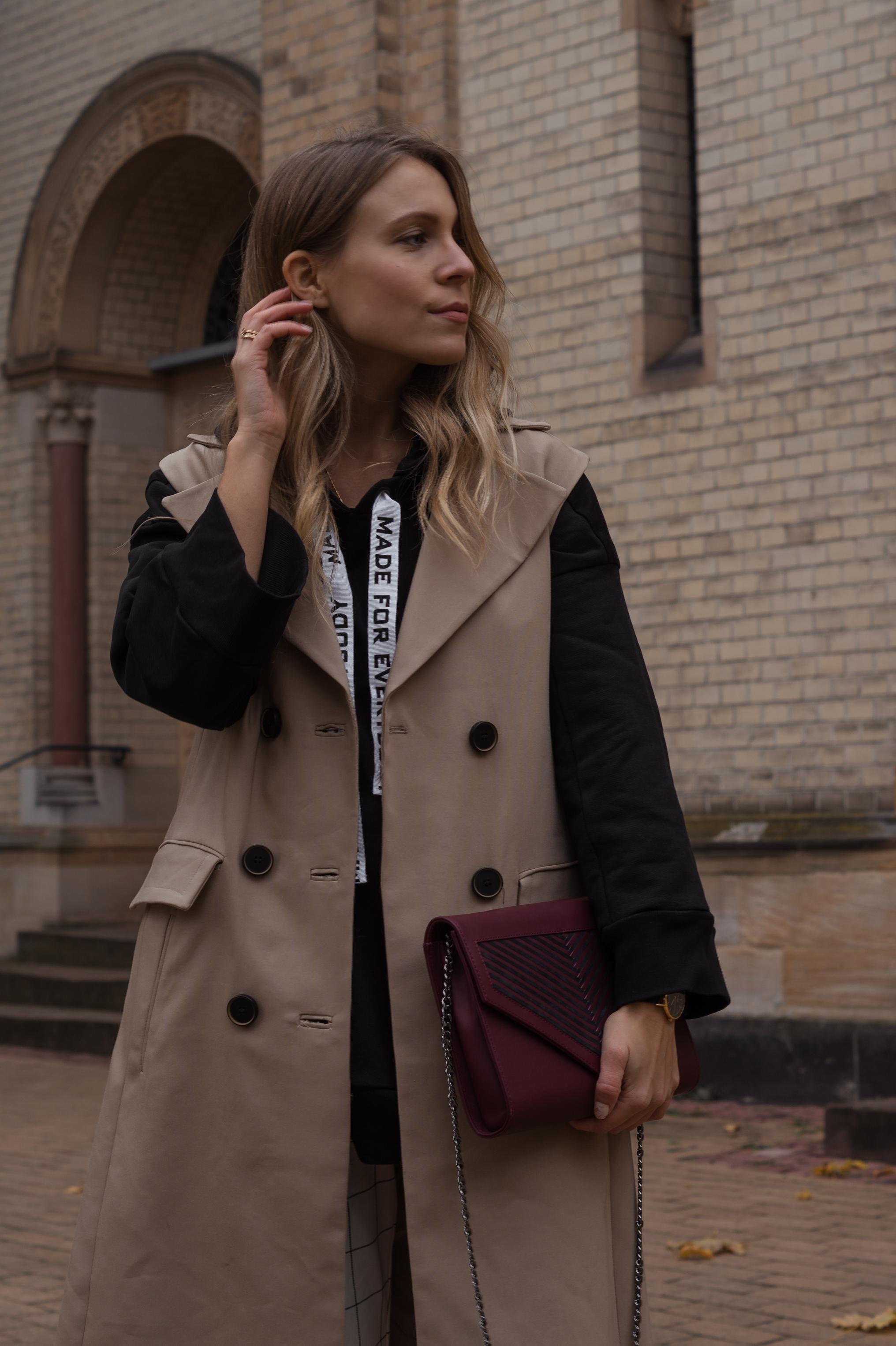 Zara Hoodie Trench Vest Lili Radu Bag Fashionblogger Sariety Modeblog Heidelberg Fall Layers karierte Hose Mango Streetstyle_3