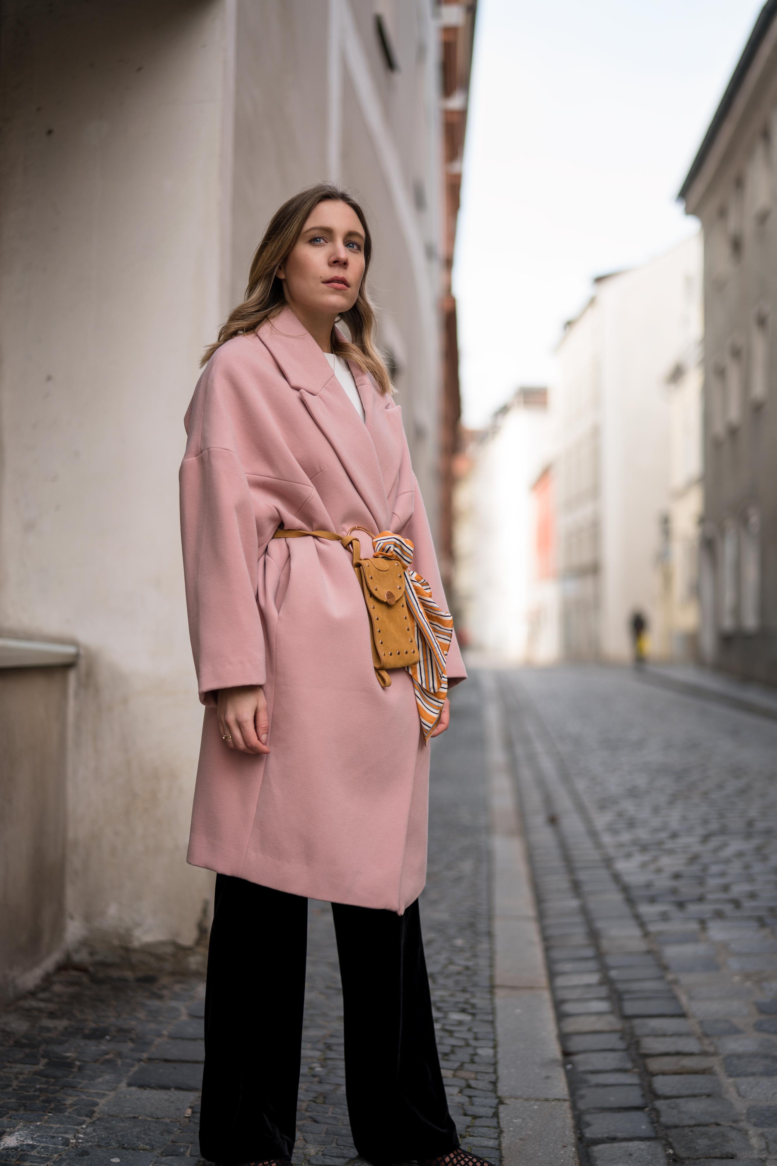 Pink Coat, Suede Belt Bag Velvet Pants rosa Mantel Seidentuch Fashion Week Berlin Jakes Samthose oversize Streetstyle Sariety Fashionblogger Modeblog Heidelberg_11