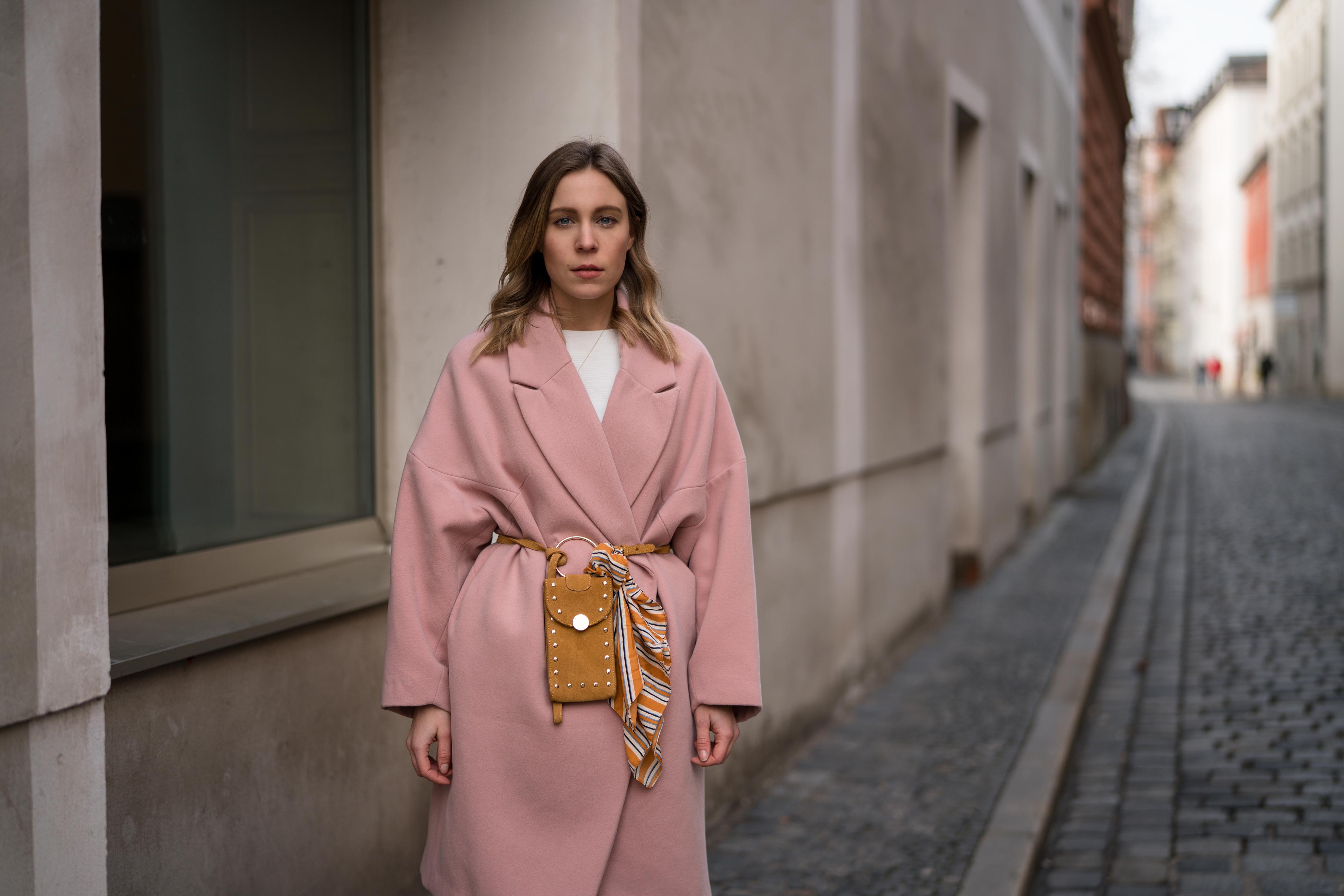 Pink Coat, Suede Belt Bag Velvet Pants rosa Mantel Seidentuch Fashion Week Berlin Jakes Samthose oversize Streetstyle Sariety Fashionblogger Modeblog Heidelberg_12