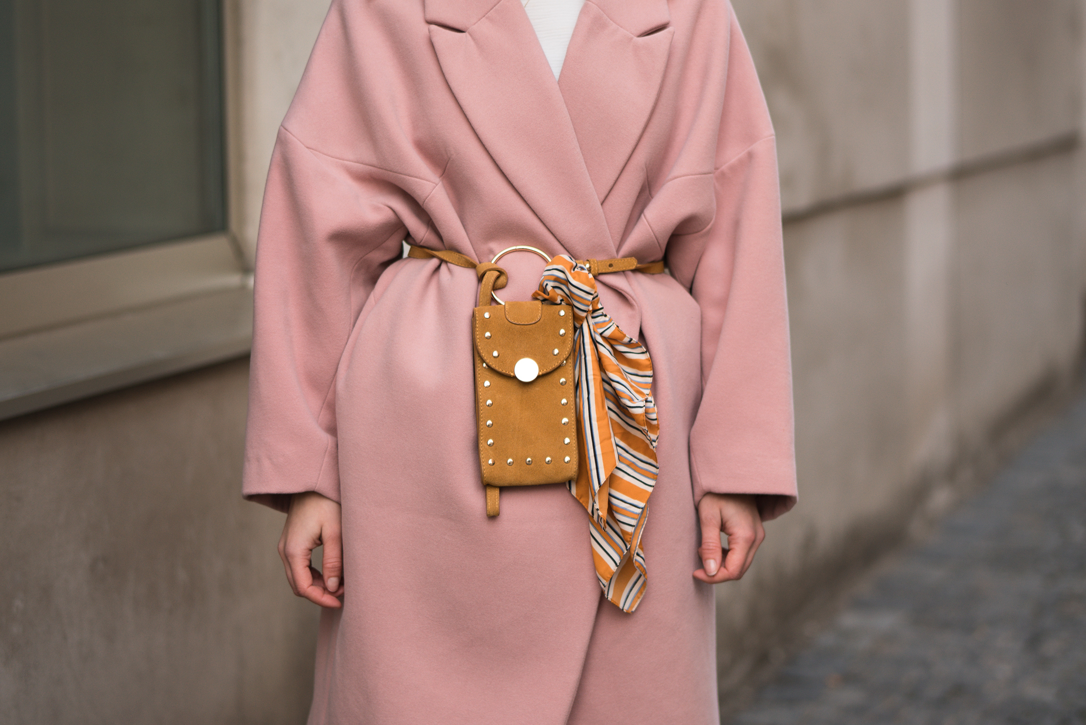 Pink Coat, Suede Belt Bag Velvet Pants rosa Mantel Seidentuch Fashion Week Berlin Jakes Samthose oversize Streetstyle Sariety Fashionblogger Modeblog Heidelberg_13-001