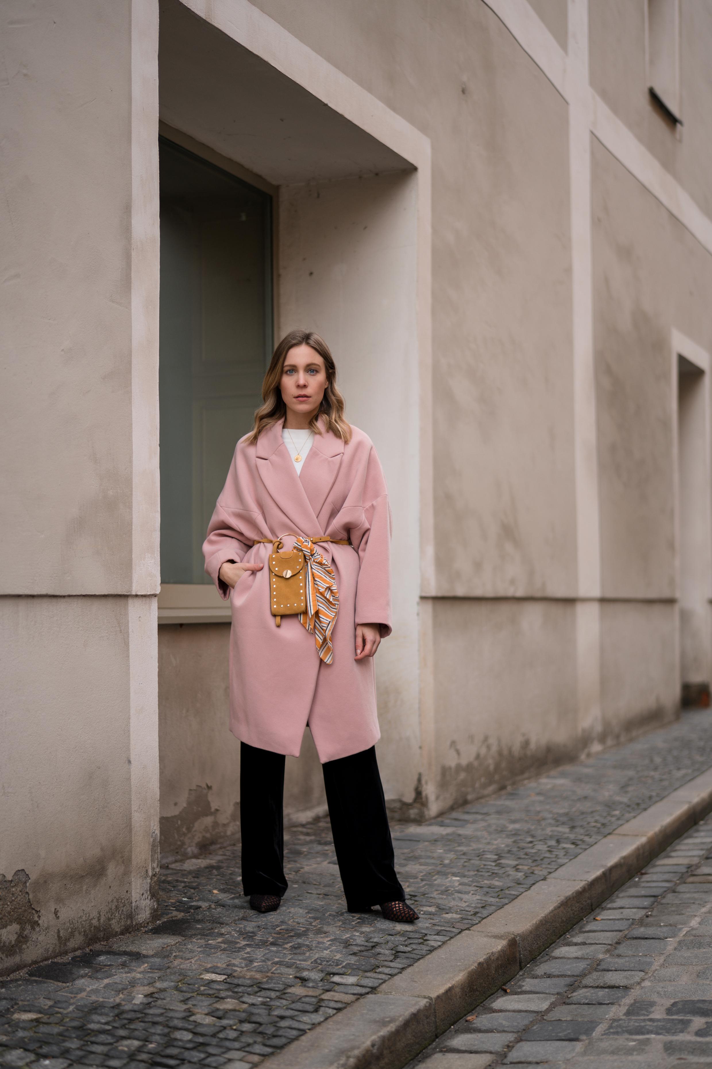 Pink Coat, Suede Belt Bag Velvet Pants rosa Mantel Seidentuch Fashion Week Berlin Jakes Samthose oversize Streetstyle Sariety Fashionblogger Modeblog Heidelberg_2-002