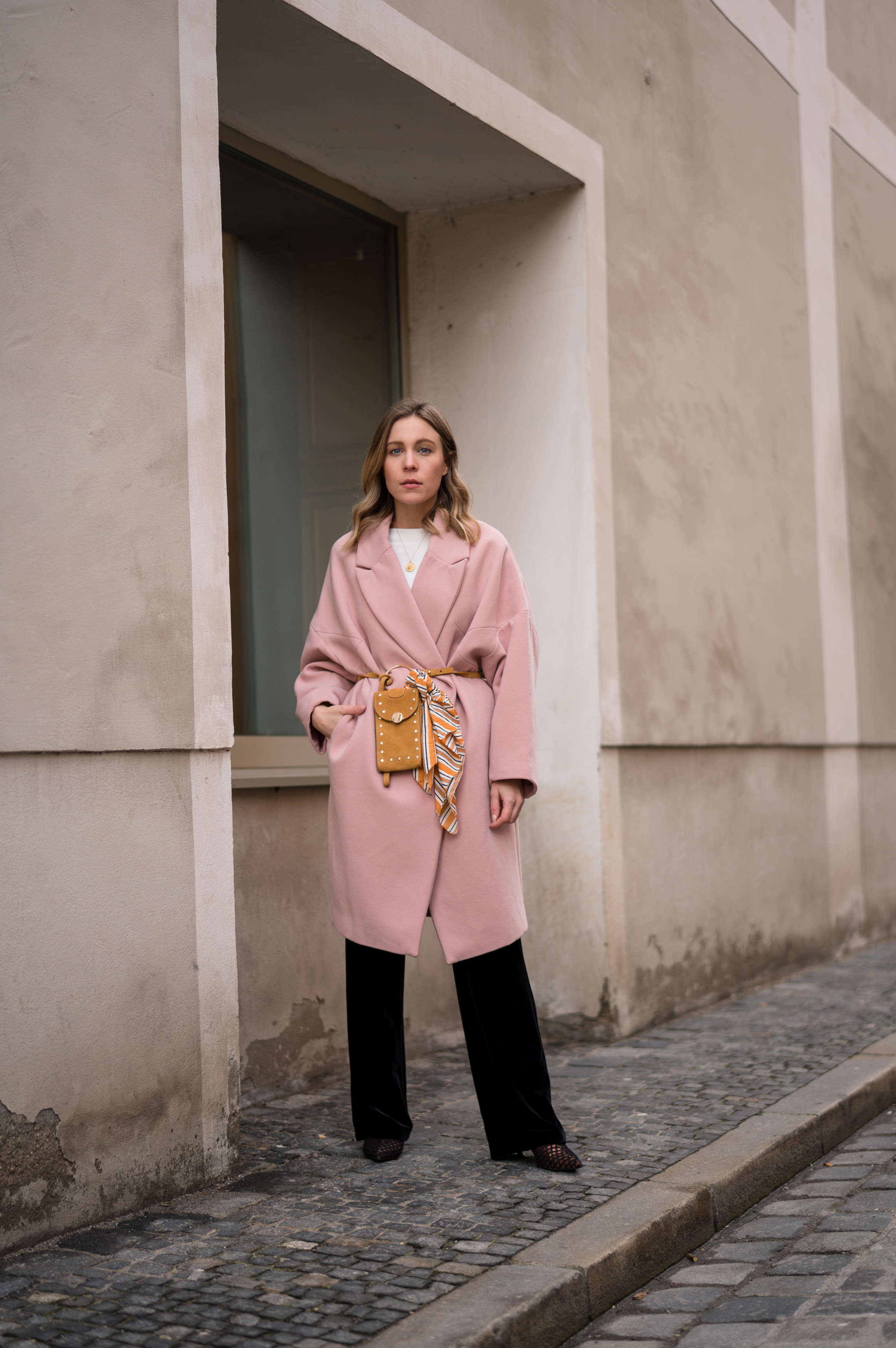 Pink Coat, Suede Belt Bag Velvet Pants rosa Mantel Seidentuch Fashion Week Berlin Jakes Samthose oversize Streetstyle Sariety Fashionblogger Modeblog Heidelberg_3-001
