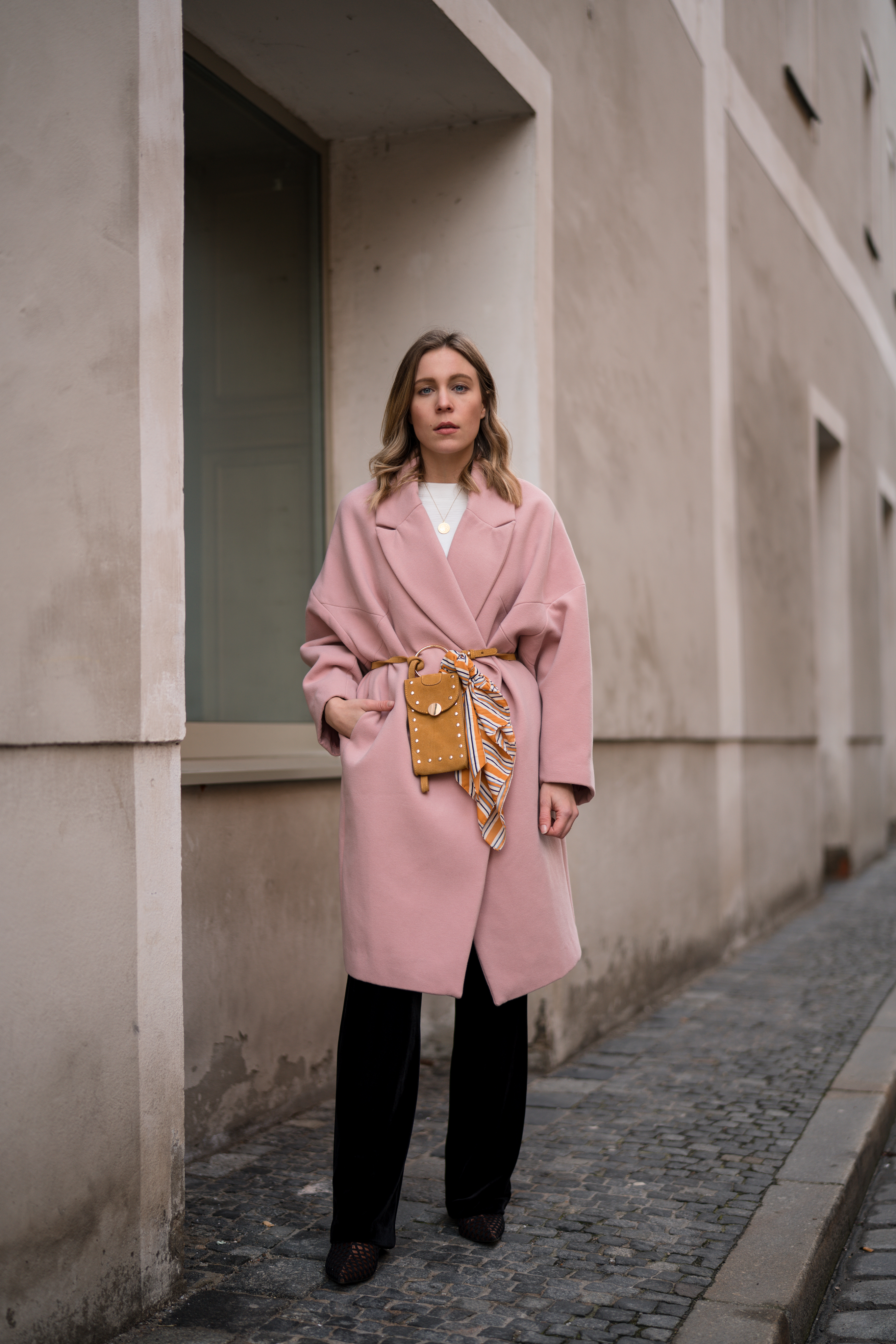 Pink Coat, Suede Belt Bag Velvet Pants rosa Mantel Seidentuch Fashion Week Berlin Jakes Samthose oversize Streetstyle Sariety Fashionblogger Modeblog Heidelberg_4