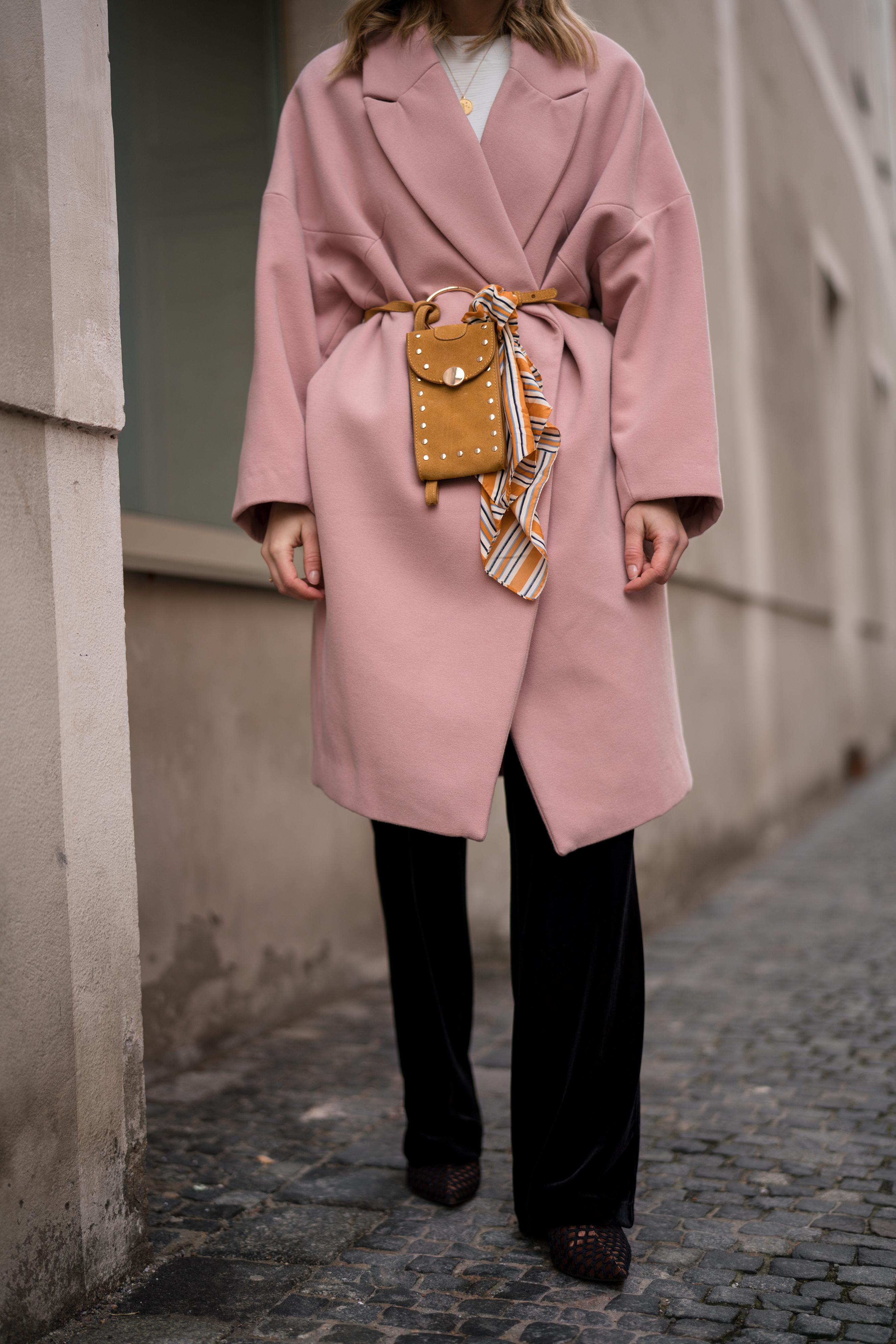 Pink Coat, Suede Belt Bag Velvet Pants rosa Mantel Seidentuch Fashion Week Berlin Jakes Samthose oversize Streetstyle Sariety Fashionblogger Modeblog Heidelberg_6