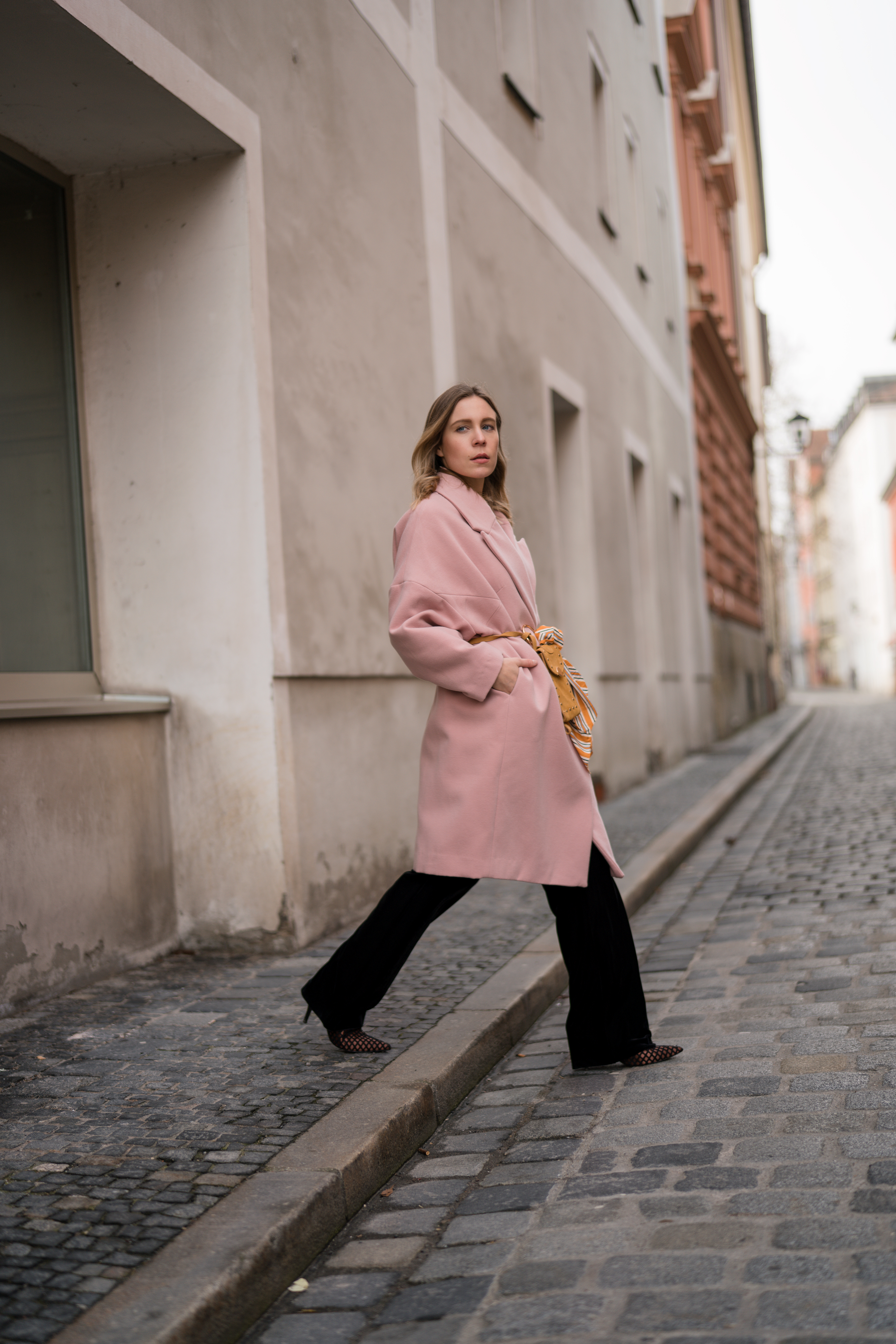 Pink Coat, Suede Belt Bag Velvet Pants rosa Mantel Seidentuch Fashion Week Berlin Jakes Samthose oversize Streetstyle Sariety Fashionblogger Modeblog Heidelberg_7