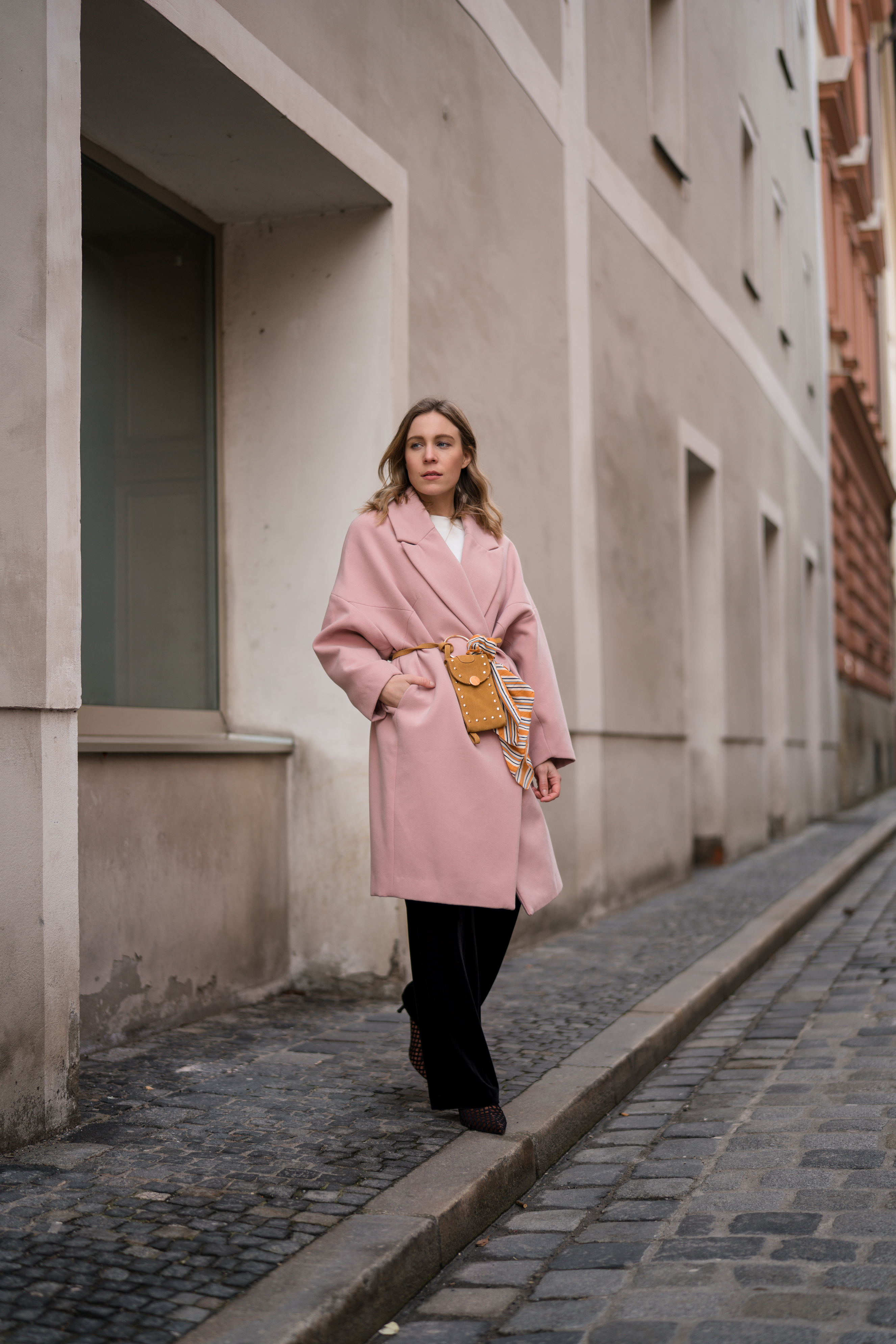 Pink Coat, Suede Belt Bag Velvet Pants rosa Mantel Seidentuch Fashion Week Berlin Jakes Samthose oversize Streetstyle Sariety Fashionblogger Modeblog Heidelberg_8