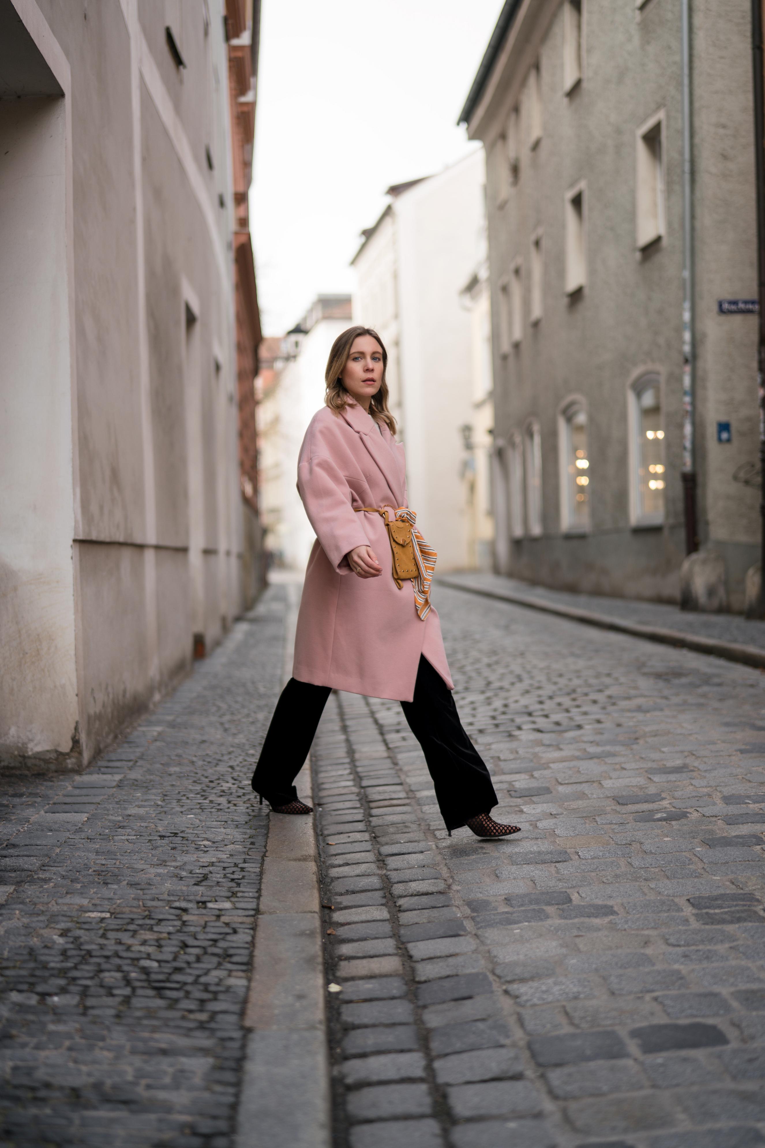 Pink Coat, Suede Belt Bag Velvet Pants rosa Mantel Seidentuch Fashion Week Berlin Jakes Samthose oversize Streetstyle Sariety Fashionblogger Modeblog Heidelberg_9-003