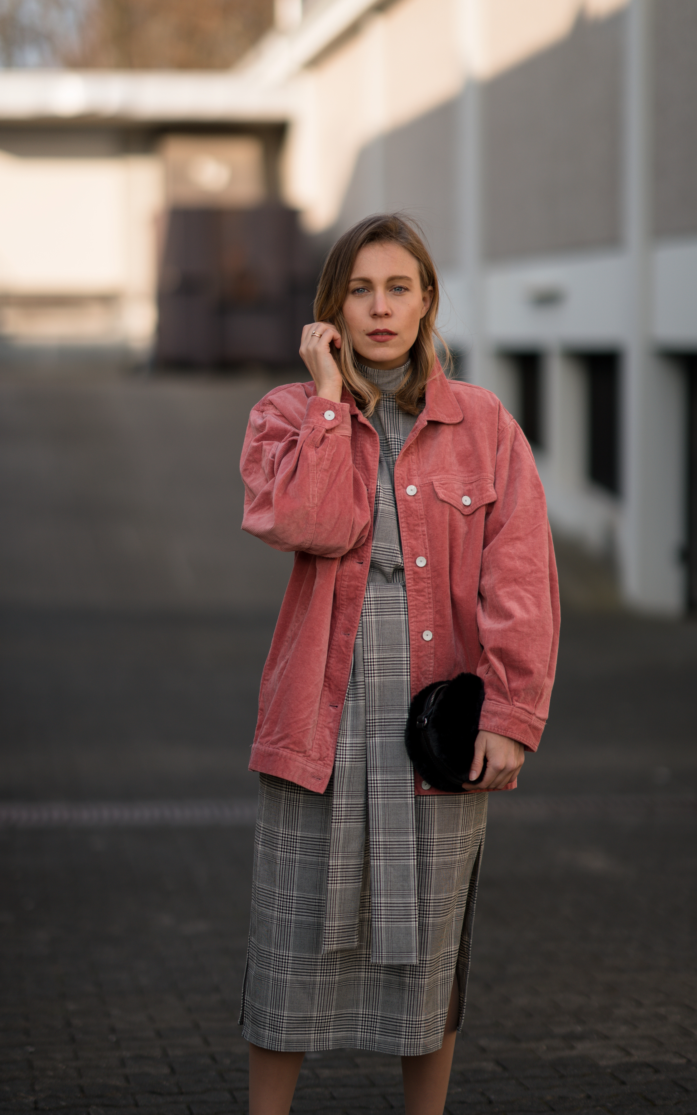 Pink Cord Jacket Glencheck Dress White Sneakers oversize Mango Cordjacke kariertes Kleid Zara Cord Trend Streetstyle Modeblog Sariety Fashionblogger Heidelberg_1-001