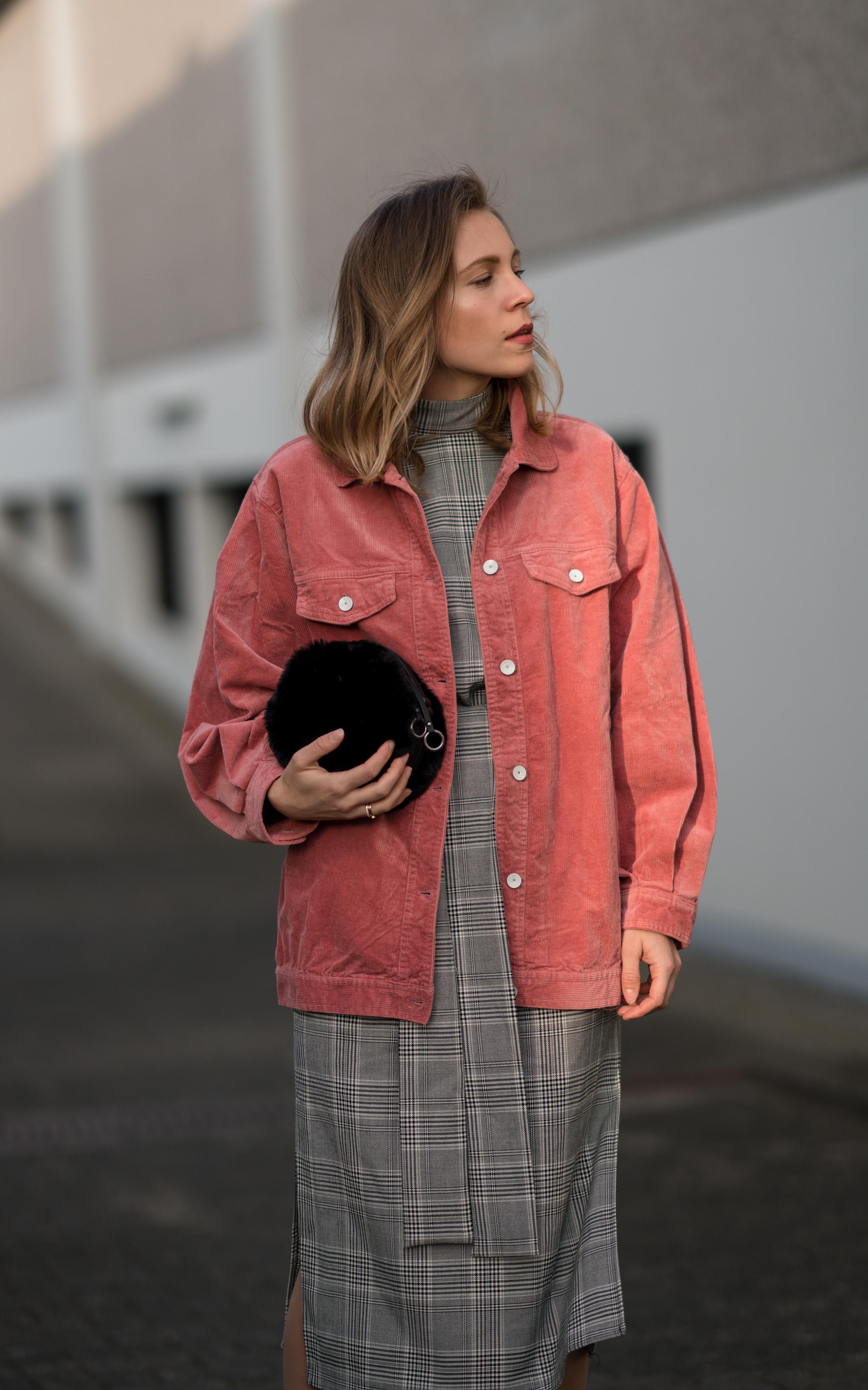 Pink Cord Jacket Glencheck Dress White Sneakers oversize Mango Cordjacke kariertes Kleid Zara Cord Trend Streetstyle Modeblog Sariety Fashionblogger Heidelberg_3-001