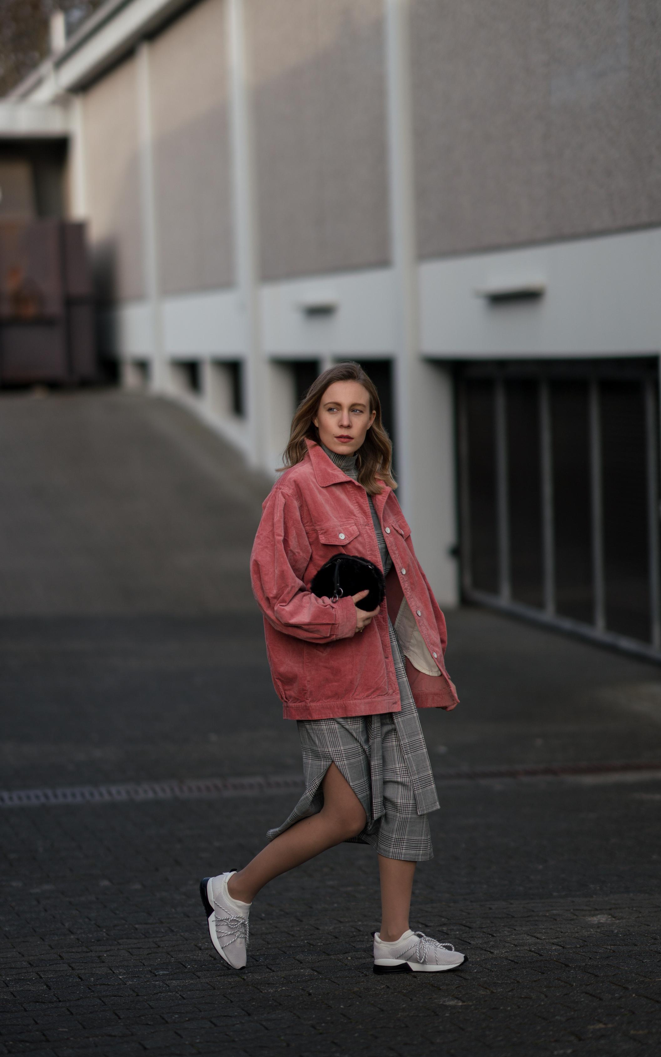Pink Cord Jacket Glencheck Dress White Sneakers oversize Mango Cordjacke kariertes Kleid Zara Cord Trend Streetstyle Modeblog Sariety Fashionblogger Heidelberg_5