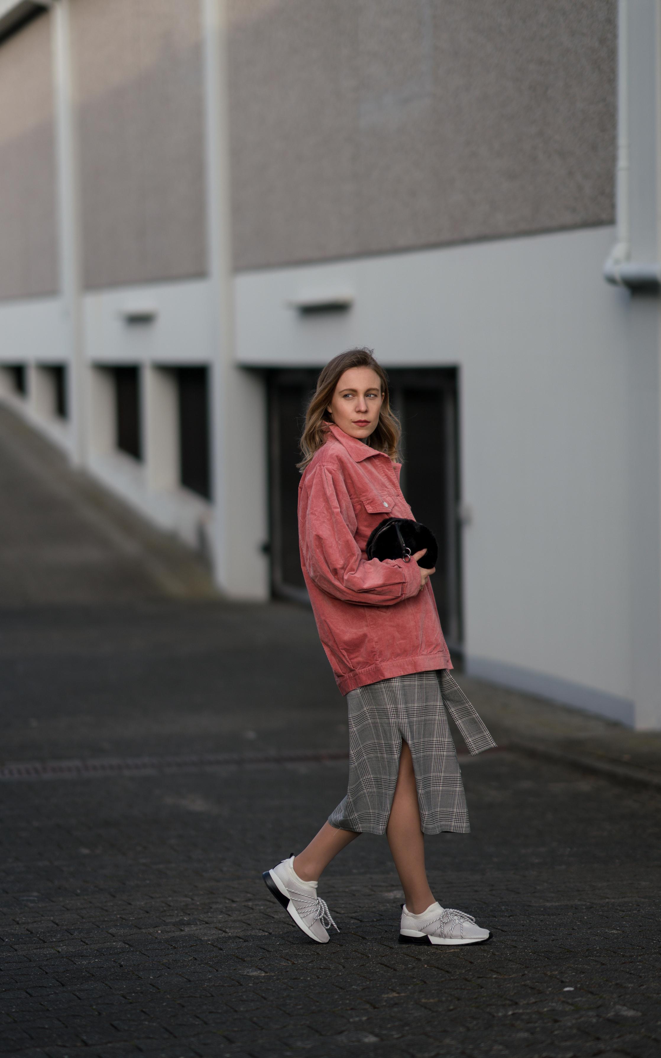 Pink Cord Jacket Glencheck Dress White Sneakers oversize Mango Cordjacke kariertes Kleid Zara Cord Trend Streetstyle Modeblog Sariety Fashionblogger Heidelberg_6